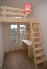 Hoog slapen in een kinderkamer met videbed mura mura - Hout deco trap ...