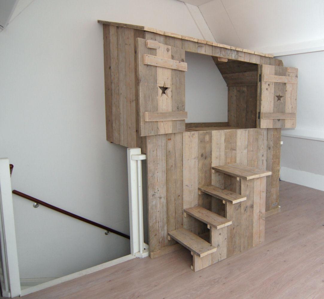 bedstee zwevend boven trapgat, van gebruikt steigerhout (klik op foto ...