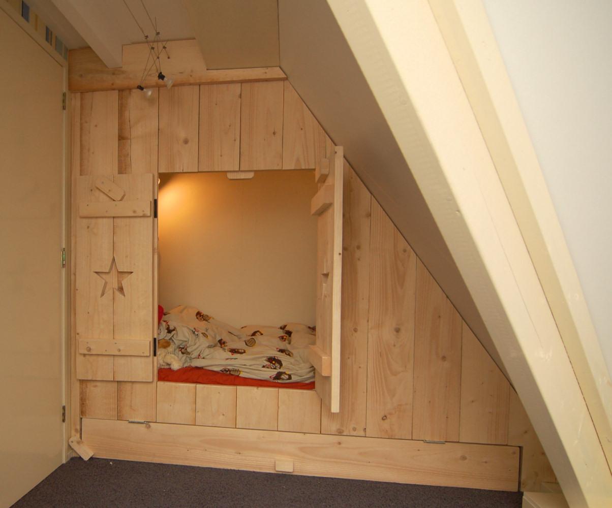 Door raagje in ideetjes voor een kleine kamer met een schuine wand bed mattress sale - Scheiden een kamer door een gordijn ...